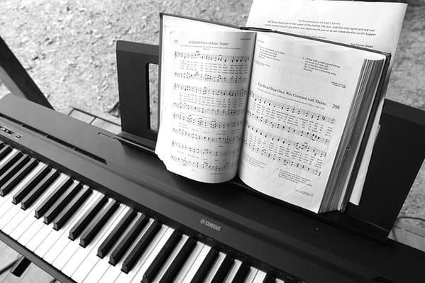 電子ピアノと楽譜のイメージ写真