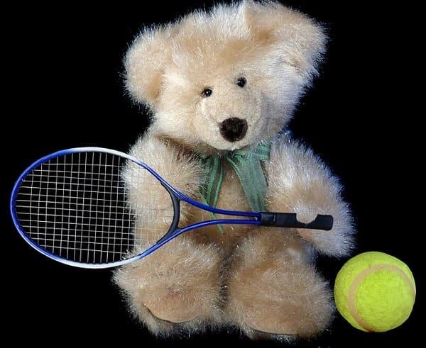 テニスラケットを持つクマさんのぬいぐるみ