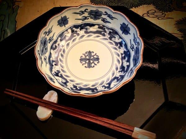 染付生酢皿と貝細工の箸置きとお箸