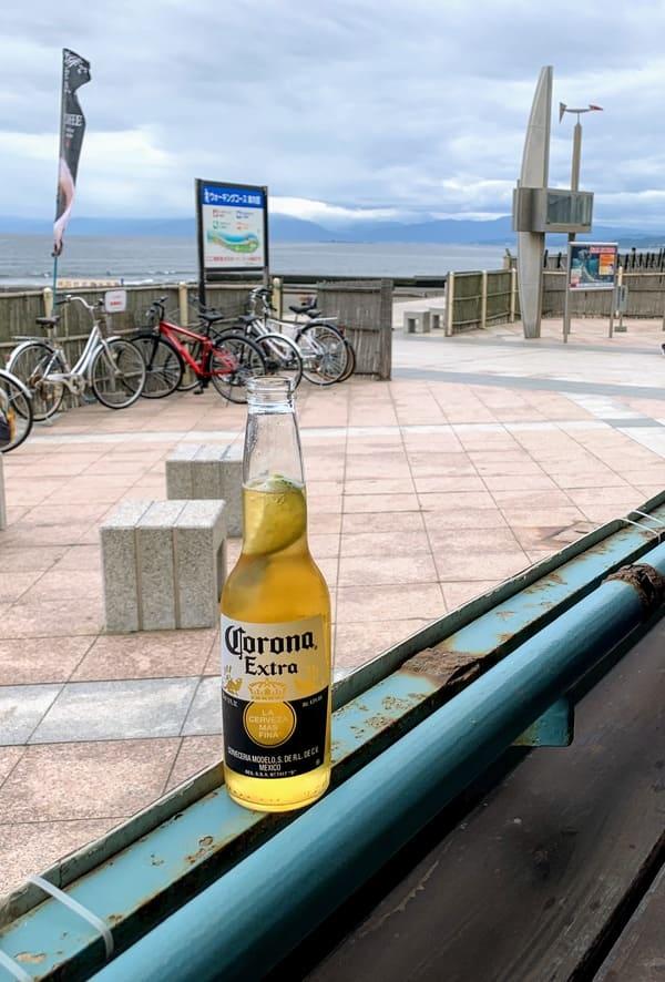海辺のテラスでコロナビールで乾杯